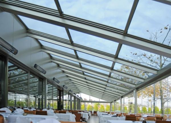 Tettoie in vetro e legno per vivere gli spazi esterni in ogni stagione, con un tocco di classe in più.