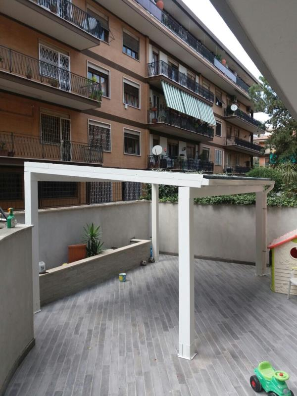 Pergola in legno lamellare dal design raffinato, ideale per la copertura di terrazze, verande, giardini.
