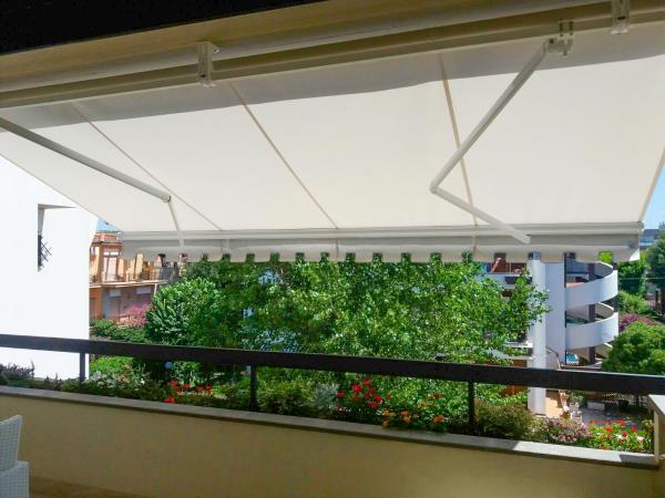 Tende a bracci, ideali per la copertura di attici, terrazzi, spazi esterni di bar e ristoranti.