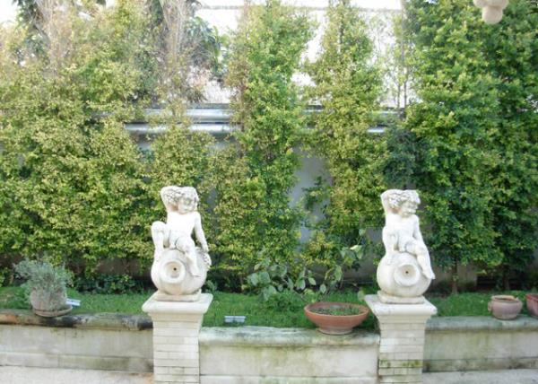 Statue al Giardino Villa Giovanni Camillo Della Monica a Lecce