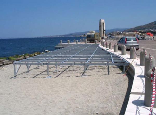 Piattaforma metallica per lido balneare