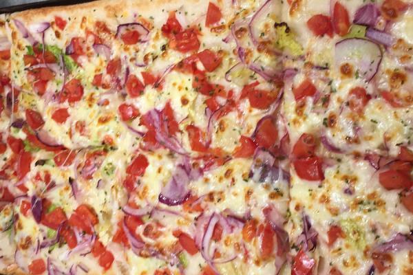 Pizza con cipolla e pomodorini