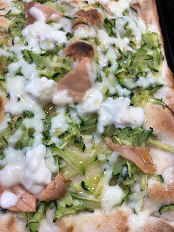 Pizza con funghi e zucchine