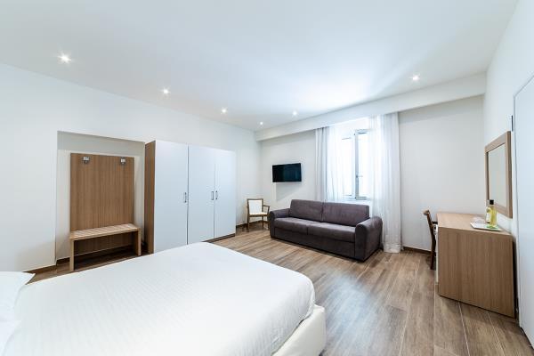 Camera con divano e terrazzo