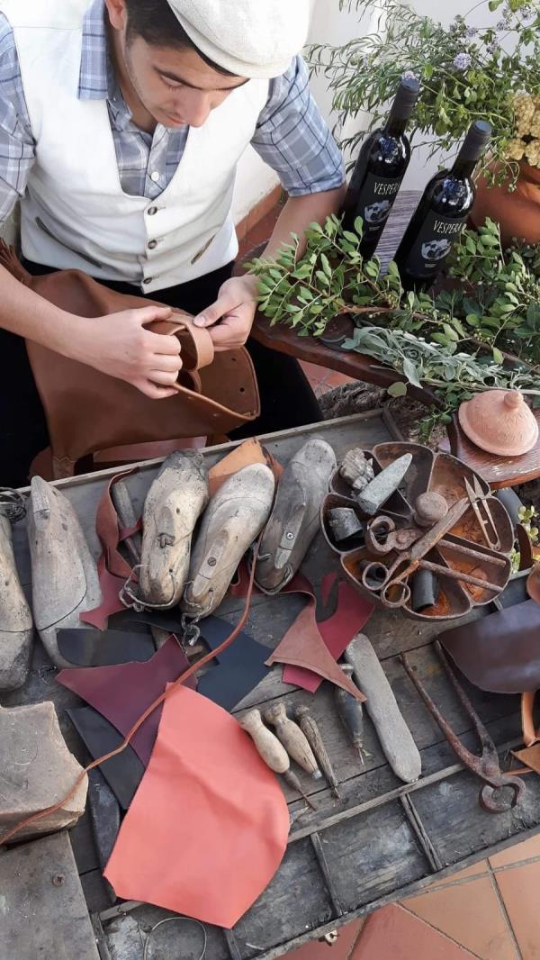 Lavorazione artigianale calzature e gadget in pelle