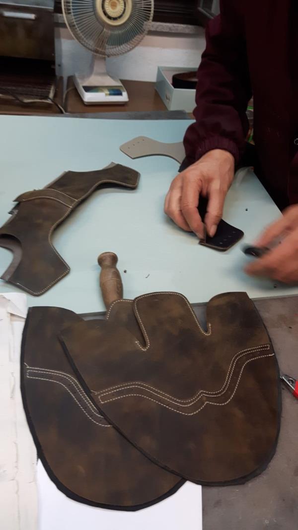 Calzature e oggettistica in pelle realizzate a mano