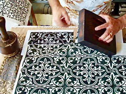 Tessuti stampati a mano con stampo in legno di pero
