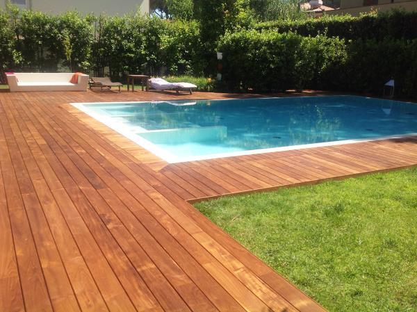 Parquet bordo piscina