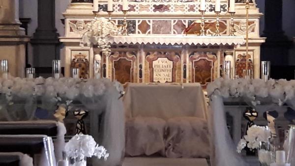 Allestimento floreale altare chiesa