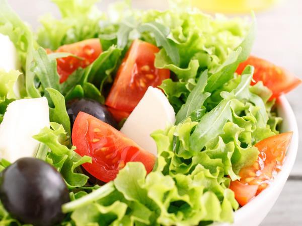 Insalata con olive e pomodori