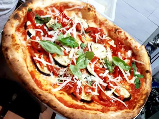 Pizza rossa con verdure