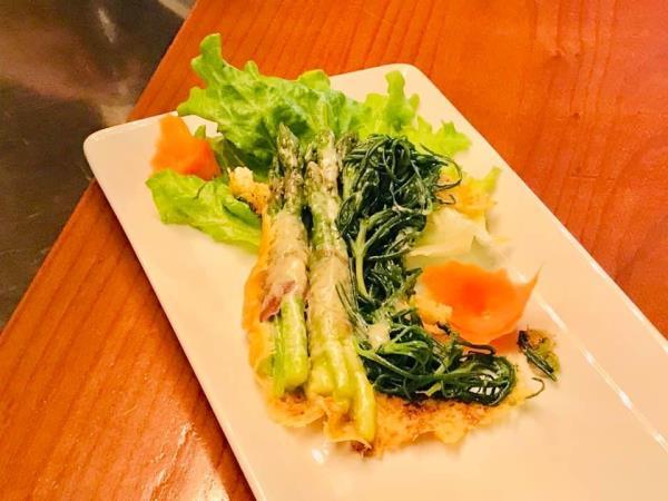 Agretti e asparagi gratinati avvolti con pancetta