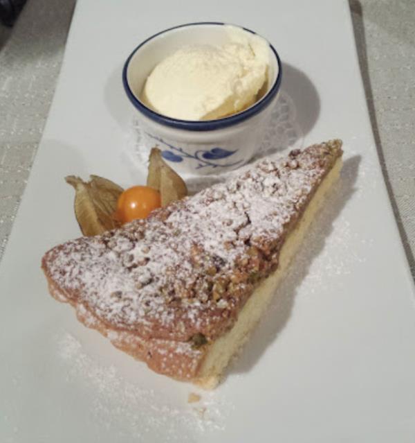 Torta di nocciole senza glutine con gelato alla vaniglia