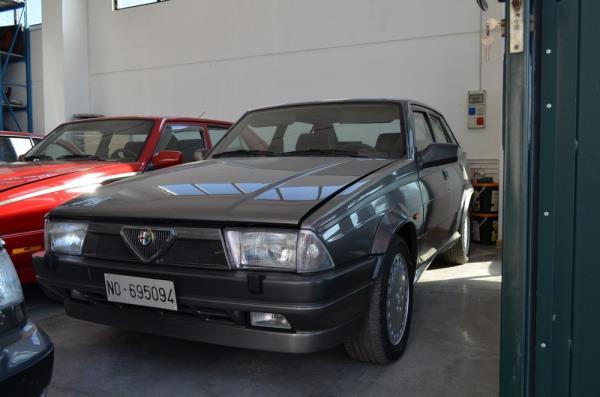 Alfa Romeo grigia auto d