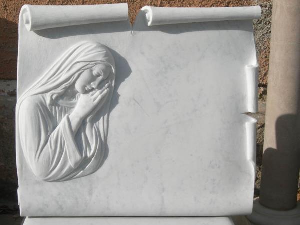 Lapide con Madonna in rilievo lavorazione del marmo Pietrasanta Lucca
