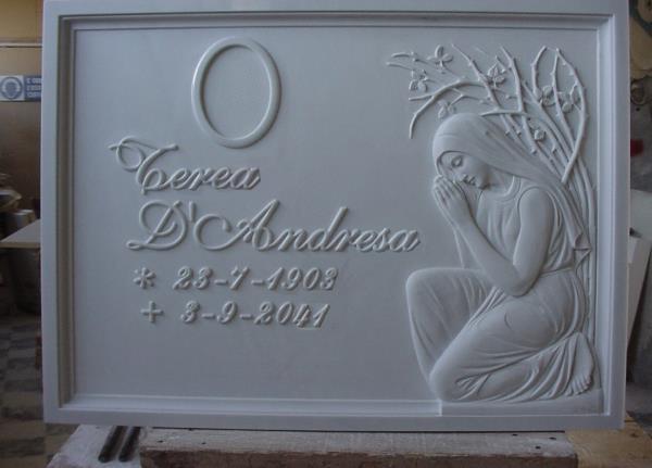 Lapide con scritta e statua lavorazione del marmo Pietrasanta Lucca