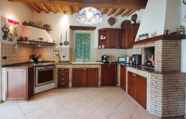 Cucina in stile country pietra e legno