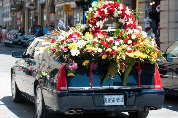 Auto funebre con addobbo floreale