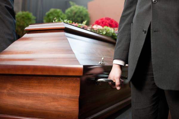 Trasporto manuale del cofano funebre
