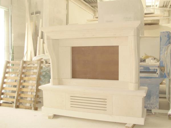 Cornice per camino con basamento in pietra bianca vicentina