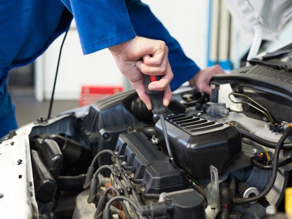 Intervento tecnico motore automobile