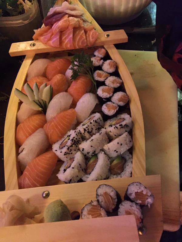 Barca con nigiri sashimi hosomaki e uramaki
