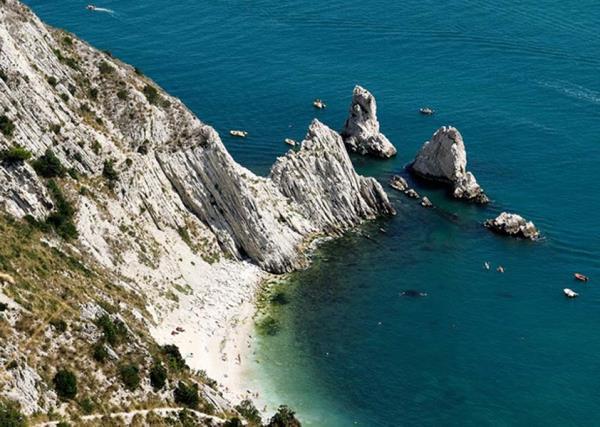 Spiaggia delle Due Sorelle CAMAR Agenzia Doganale ad Ancona