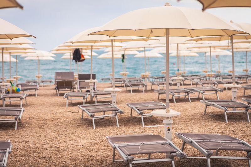 stabilimento balneare con ristorante sulla spiaggia numana