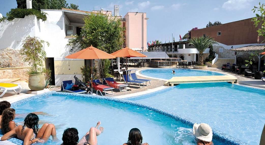 albergo con piscina squinzano