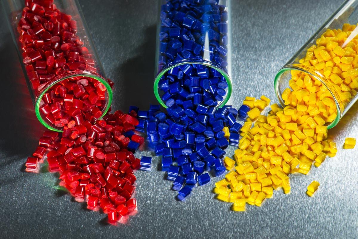Lavorazione materie plastiche, stampaggio per iniezione di articoli tecnici