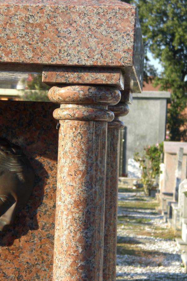 Arte funeraria lapidi, capitelli, arredi per tombe