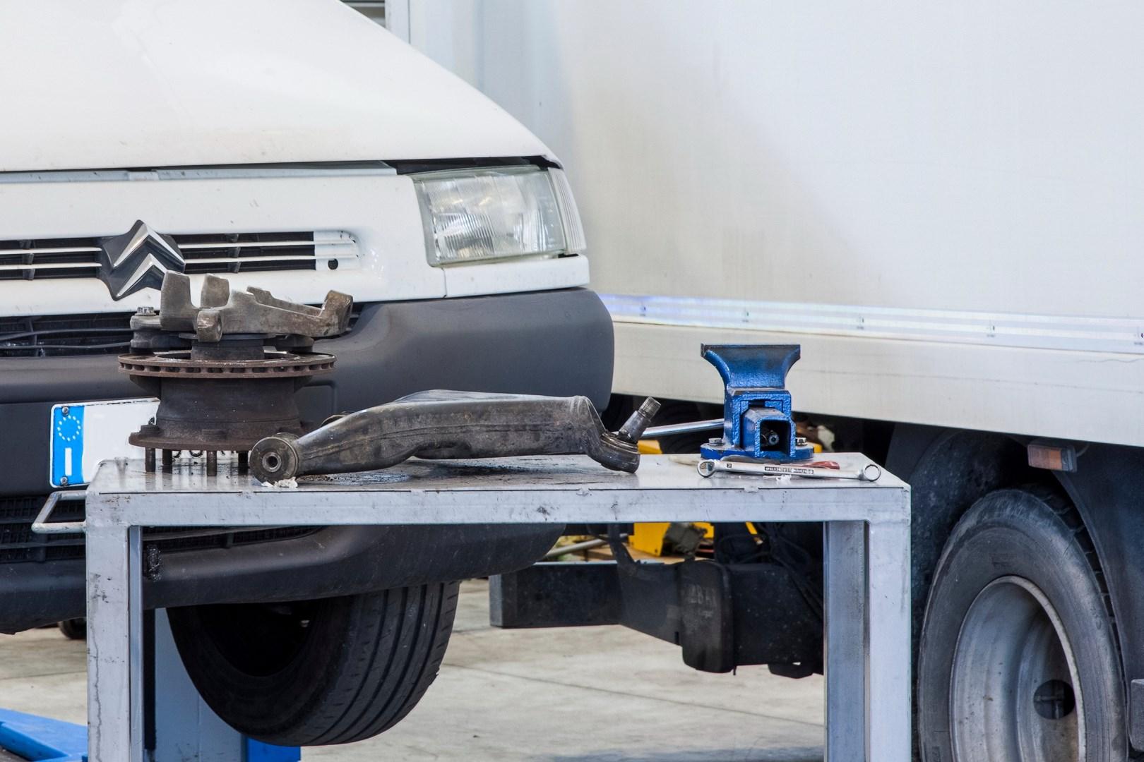 Officina meccanica per auto, veicoli commerciali e industriali leggeri