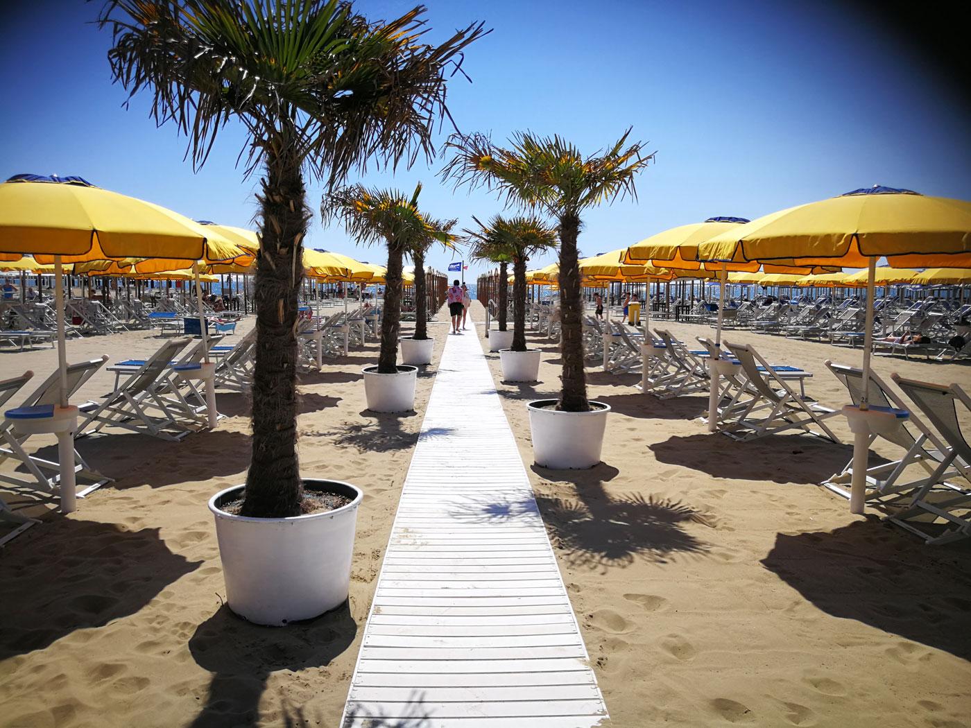 stabilimento balneare con ristorante sulla spiaggia lido di camaiore