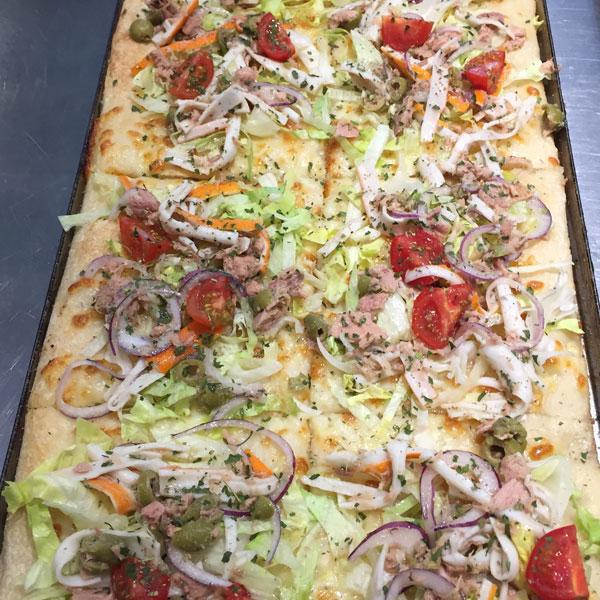 Pizza con tonno pomodorini e cipolla