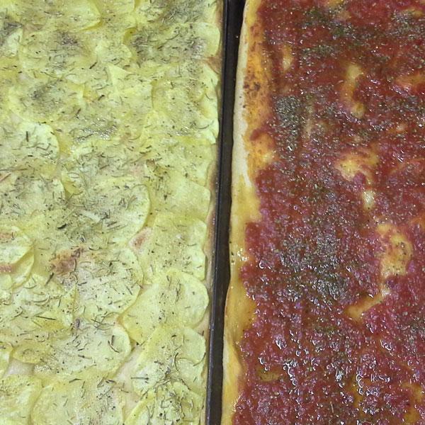Pizza con le patate e con il pomodoro