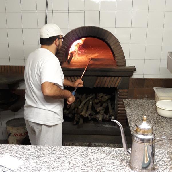 Pizzaiolo davanti a forno a legna