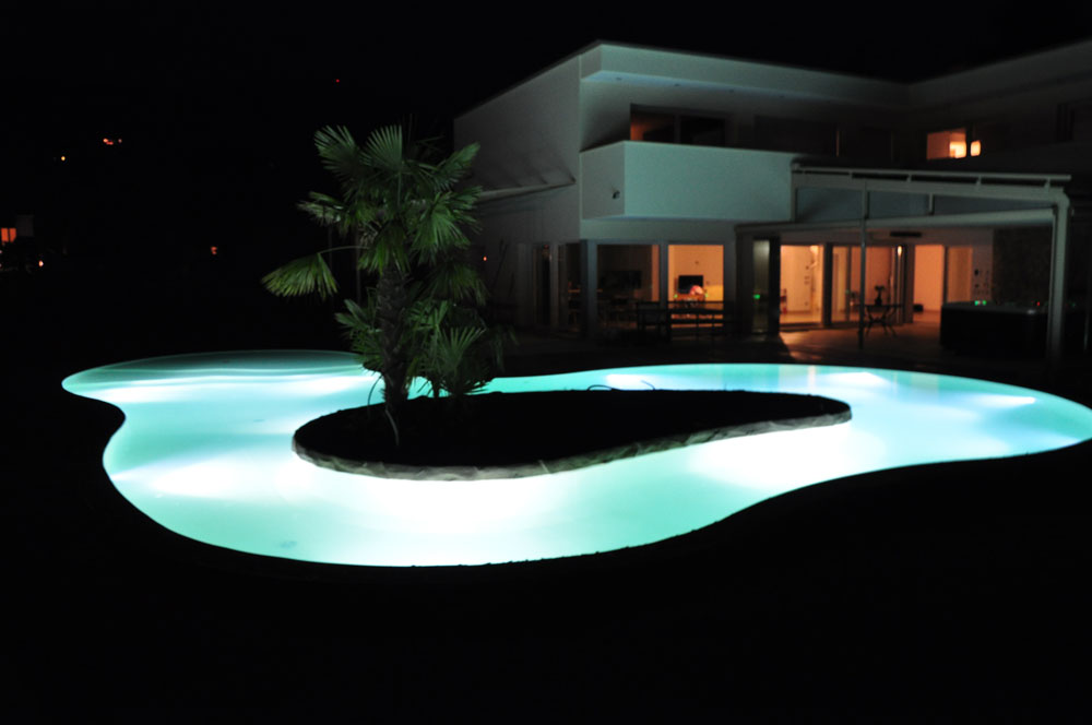 Piscina con fari a LED
