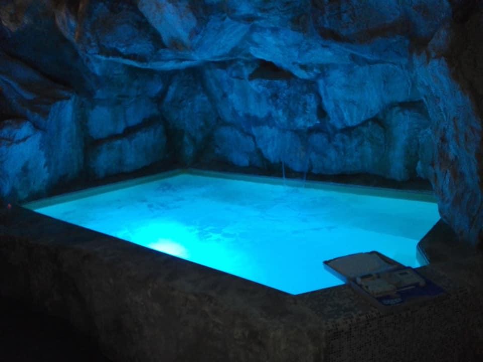 costruzione piscina interrata con fari a LED