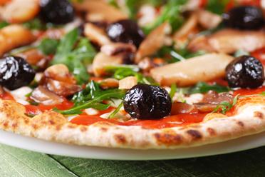 Pizza con olive nere