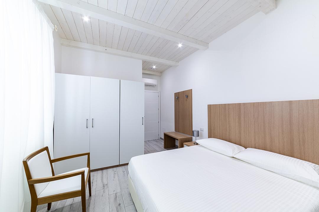 Camera con armadio e balcone