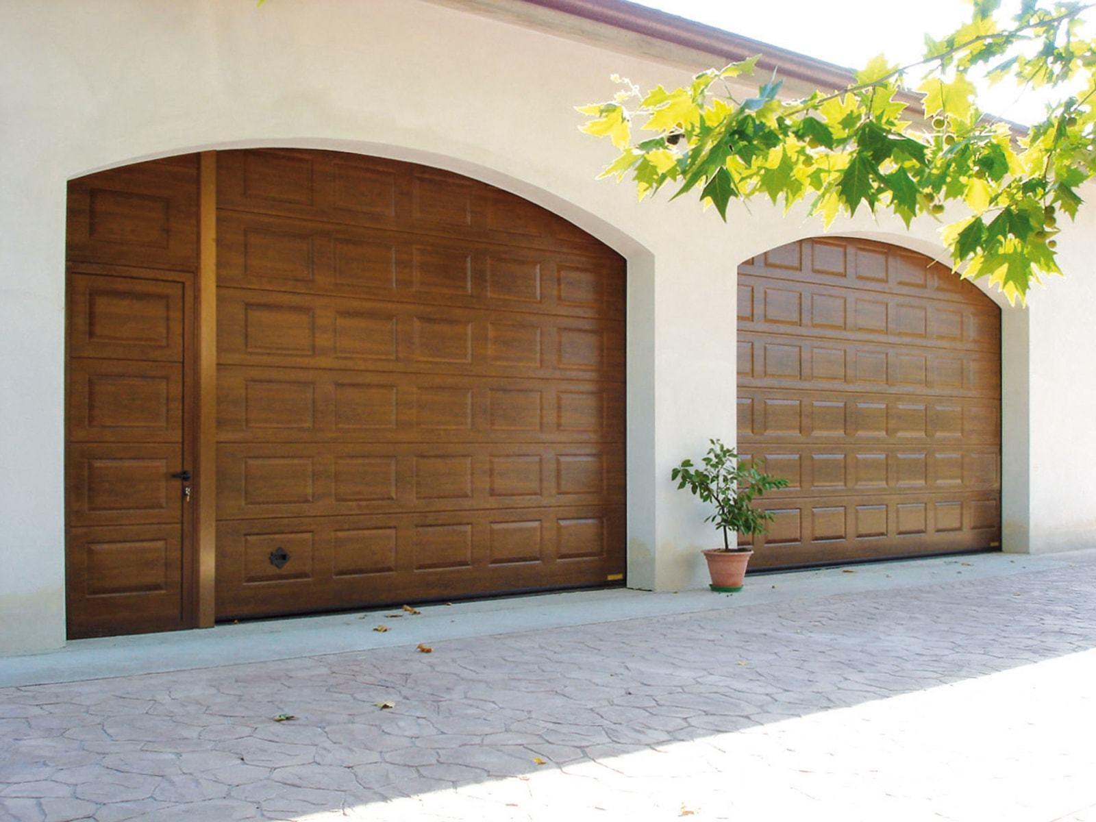 Portone sezionale da garage in simil-legno