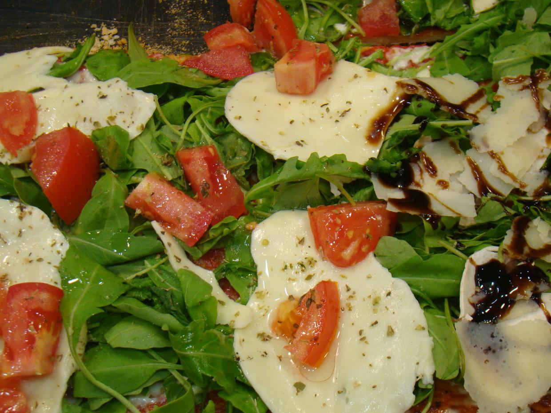 Pizza mozzarella e pomodorini