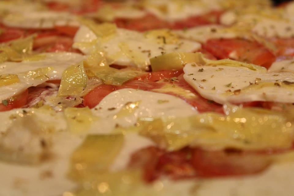 Pizza con patate mozzarella e pomodorini