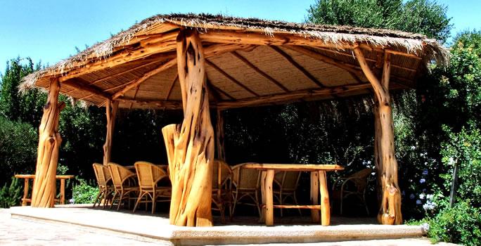 Gazebo e arredamento rustico in legno