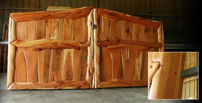 Cancello in legno a due battenti