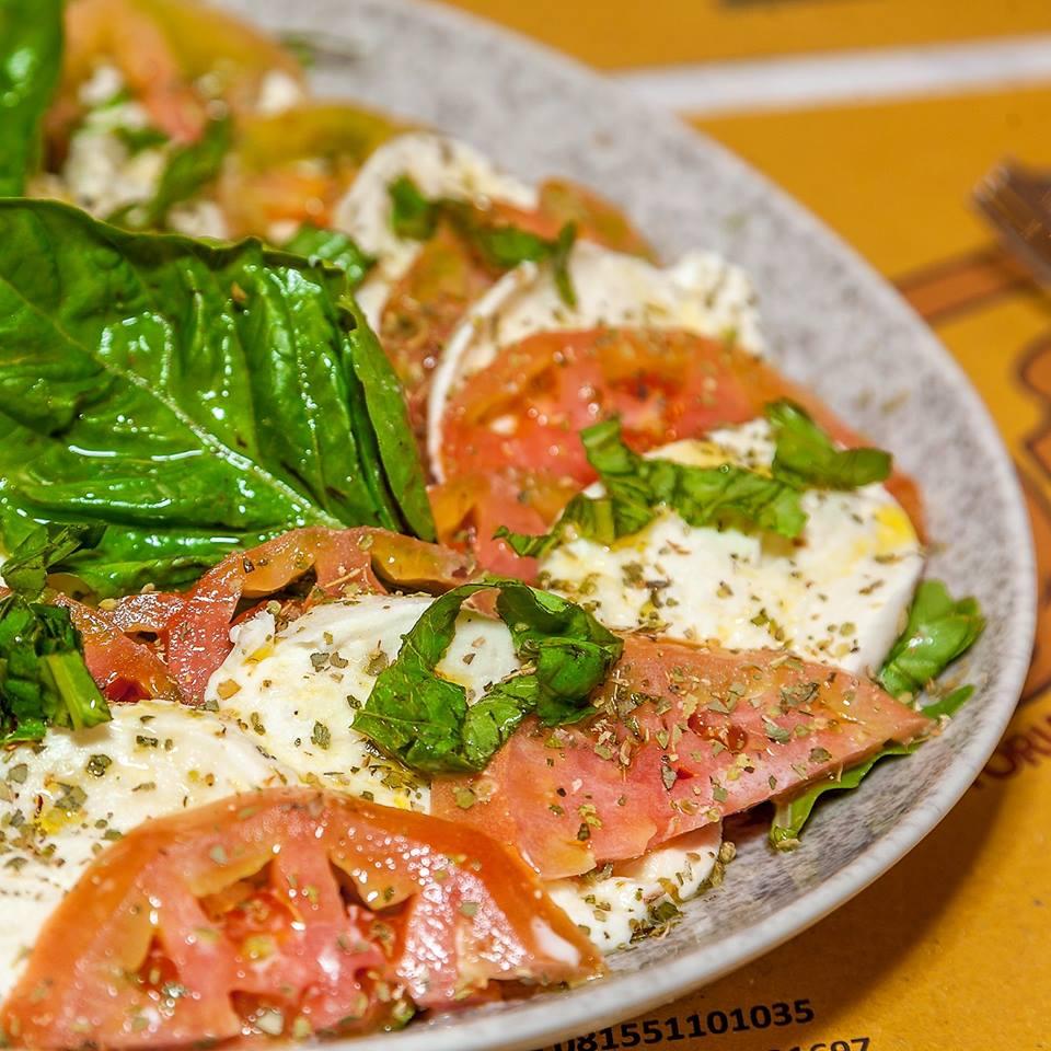 Pizza tradizionale partenopea Pizzeria Vesi Spaccanapoli