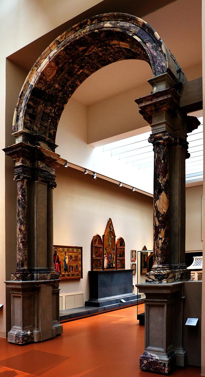 Arco orientale del Duomo di Firenze, in Breccia Medicea, rimontato nel Museo dell'Opera del Duomo (credit Saliko)