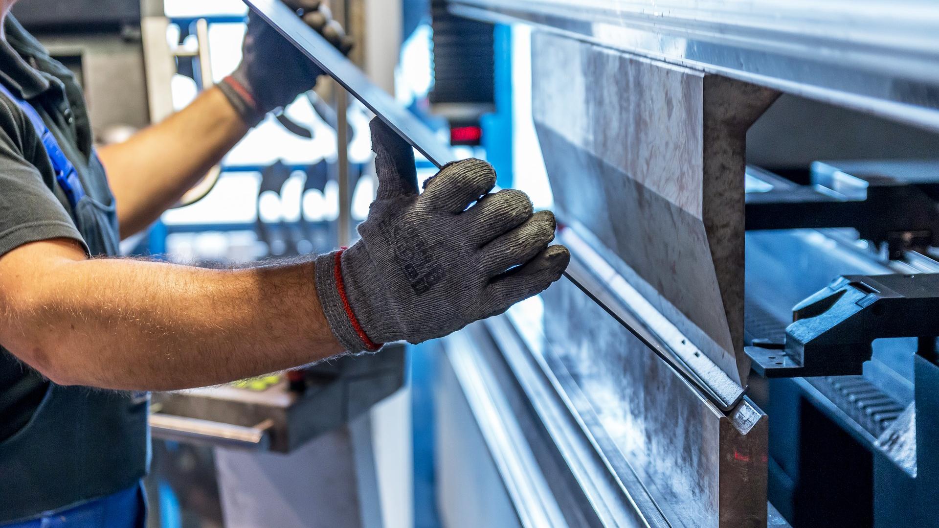 Piego lamiere in CNC Officina Meccanica Cirlini