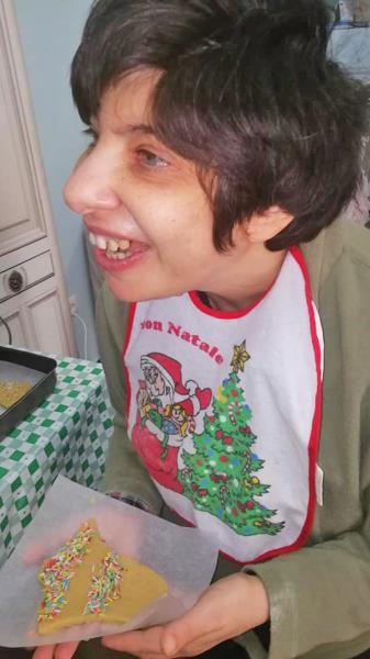 Un ragazzo disabile si diverte in compagnia