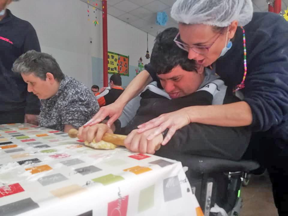 Attività di laboratorio in cucina per gli ospiti disabili